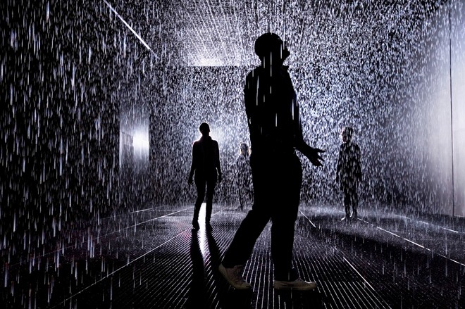 Rain Room er installationskunst, som engagerer publikum. Foto: Random International